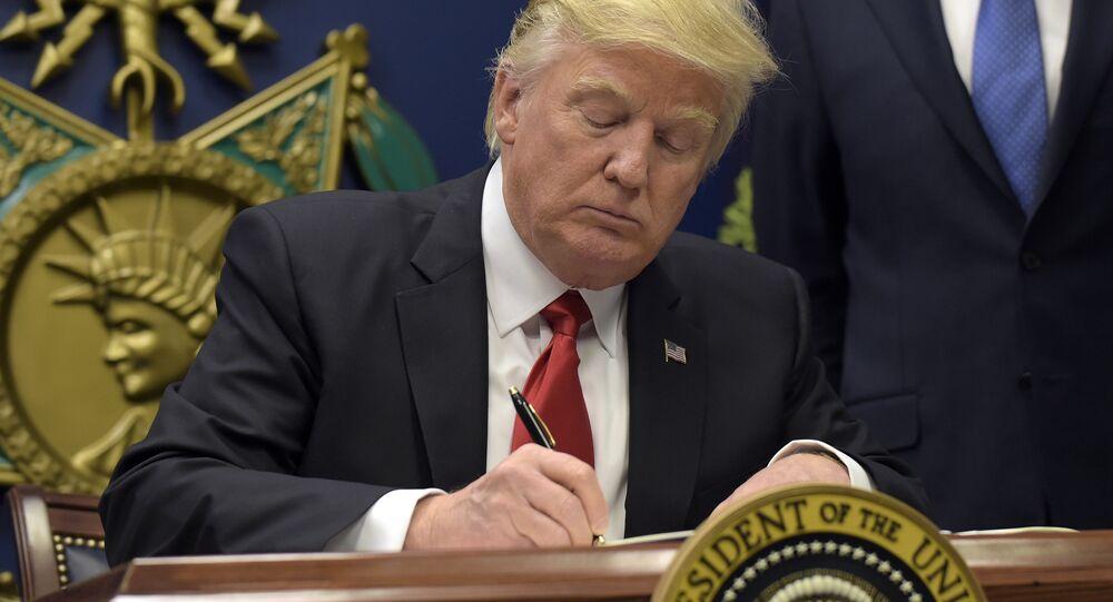 Donald Trump assina documentos sobre a grande reconstrução das Forças Armadas dos EUA