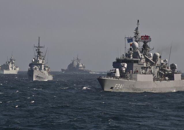 Navios militares da OTAN durante exercícios navais no mar Negro perto do porto romeno de Constanta