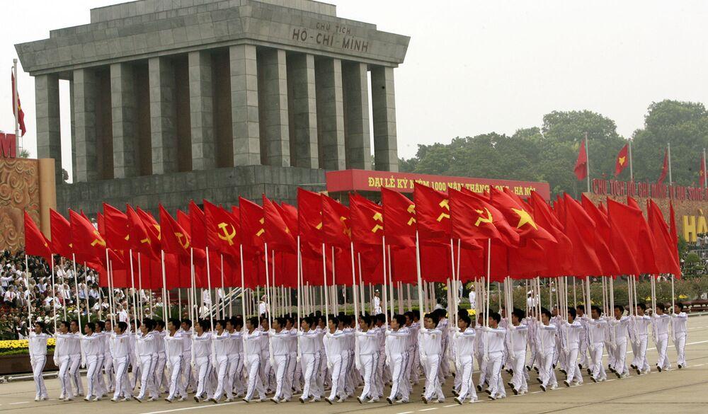 Parada militar passa pelo Mausoléu de Ho Chi Minh (1890-1969), revolucionário e estadista vietnamita.