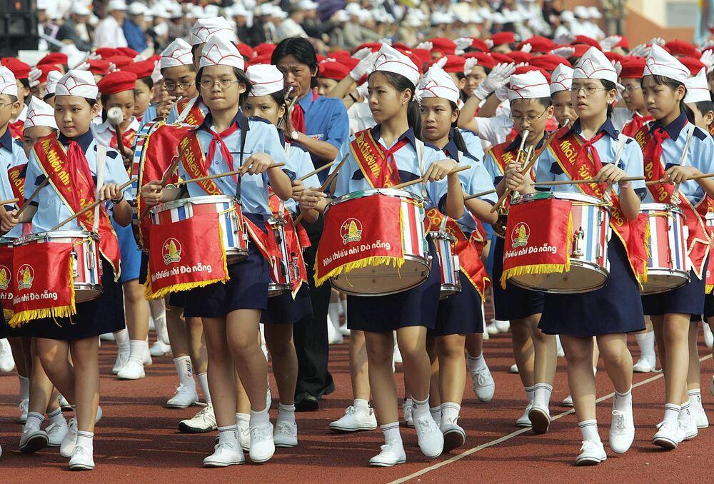 Pioneiros vietnamitas tocam tambores na parada de 29 de março de 2005, na cidade costal de Danang, em homenagem ao 30º aniversário da tomada da cidade pelas forças comunistas.