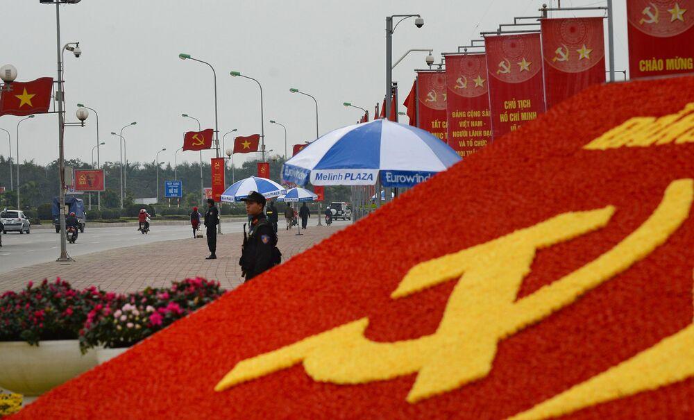 Membros das forças especiais da polícia vietnamita vigiam a saída do Centro Nacional de Congressos My Dinh, sede do 12º Congresso do Partido Comunista do Vietnã.