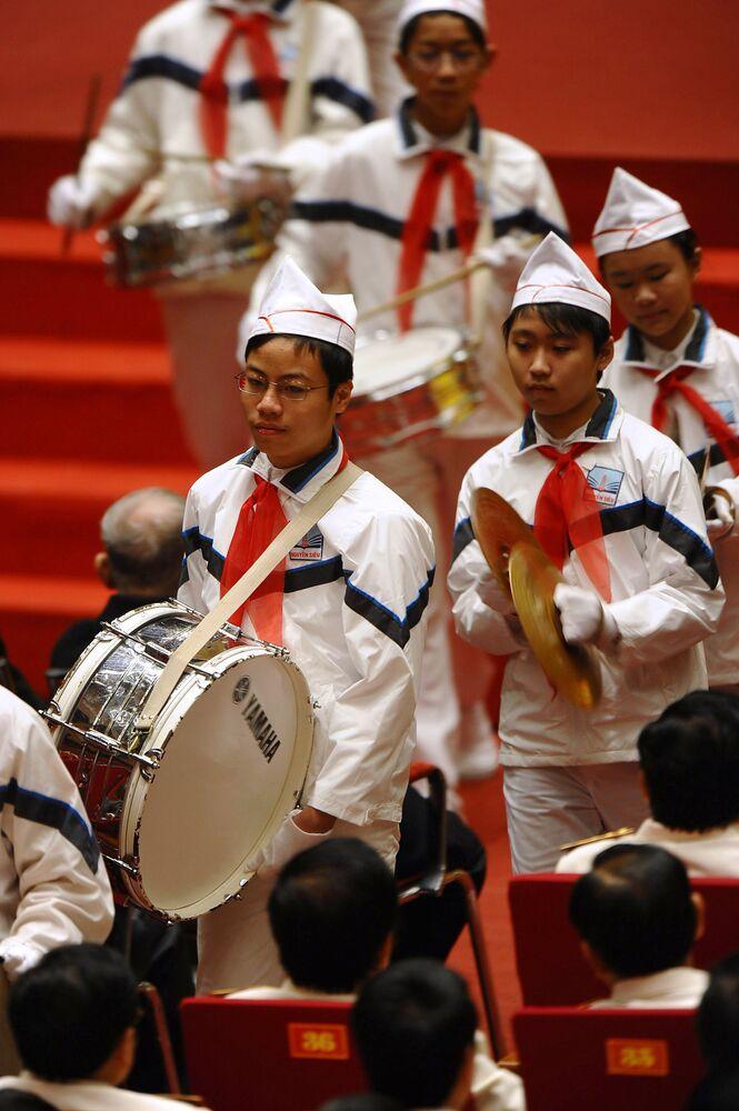 Pioneiros vietnamitas tocam tambores durante a cerimônia de abertura do Congresso do Partido Socialista do Vietnã.