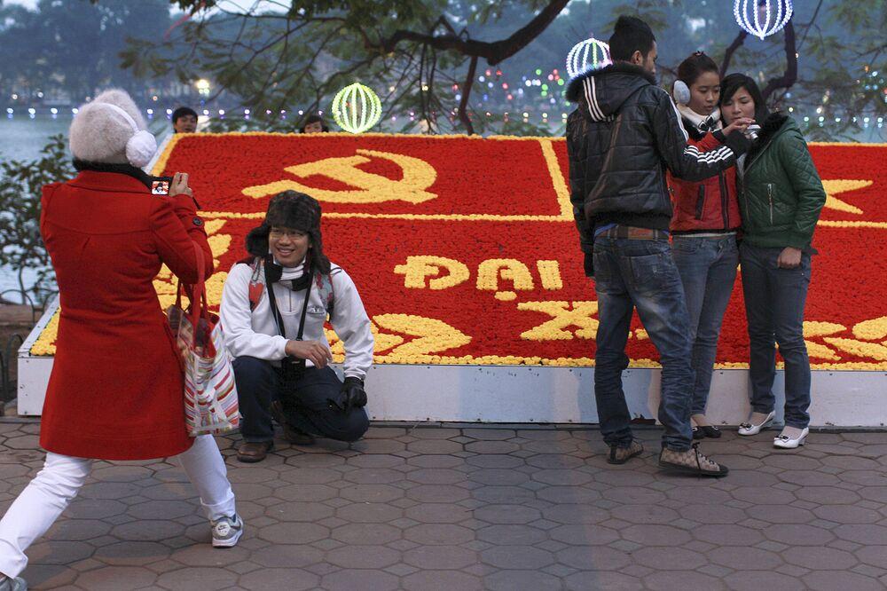 Moça comerciante na Rua de Hanói condecorada em homenagem ao Dia da Nação, festejado no dia 2 de setembro.