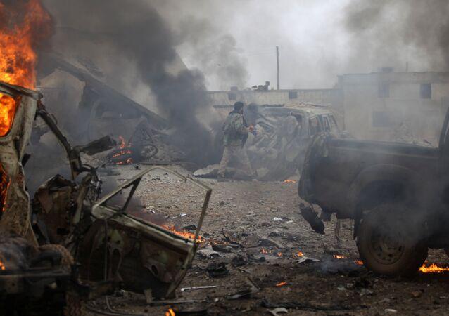 Veículos destruídos na sequência de explosão na Síria (foto de arquivo)