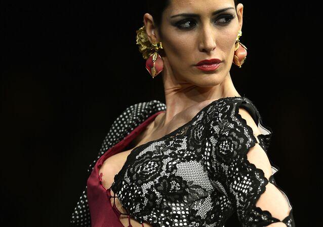 Modelo mostra criação de Veronica de La Veja durante SIMOF 2017 (Moda Flamenca Internacional) em Sevilha, 3 de fevereiro, 2017