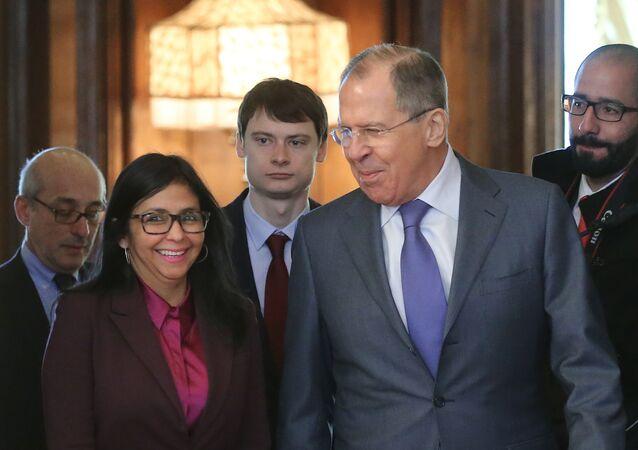 Chanceler russo Sergei Lavrov e sua homóloga venezuelana Delcy Rodríguez, em Moscou