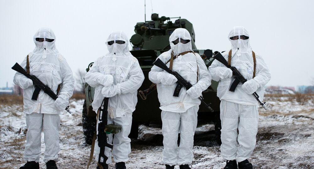 Militares da unidade de manutenção de paz do Distrito Militar Central durante exercícios táticos conduzidos no campo de tiro para treinamentos de uso do sistema de combate de infantaria Ratnik