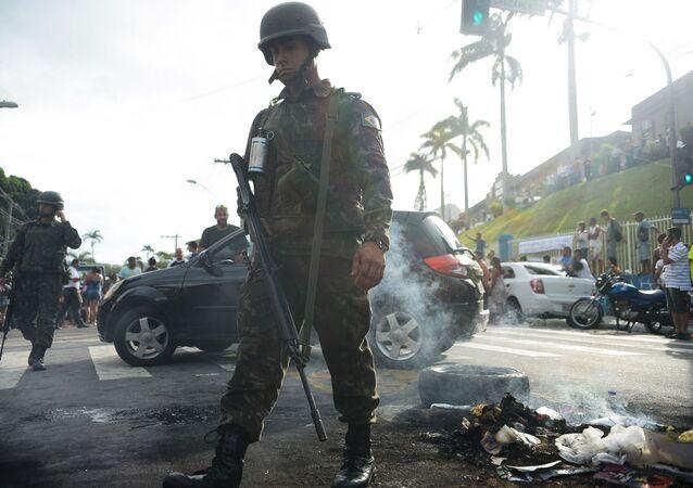 Soldados das Forças Armadas patrulham as ruas de Vitória durante protestos contra a paralisação da PM