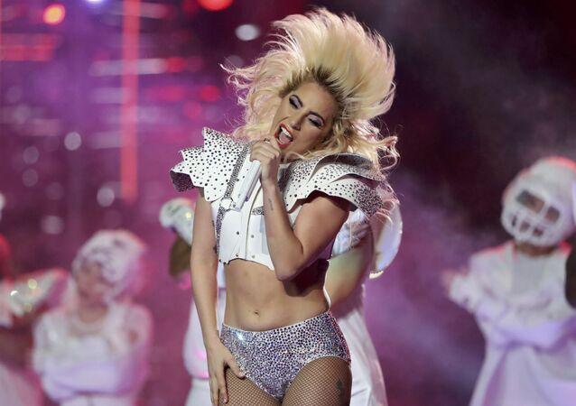Cantora norte- americana Lady Gaga atua durante o intervalo do Super Bowl LI, a partida de futebol americano entre o New England Patriots o Atlanta Falcons em Texas.