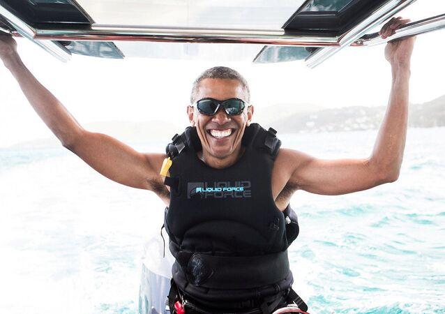 Ex-presidente dos EUA, Barack Obama, durante uma sessão de kitesurfing com o empresário britânico Richard Branson nas Ilhas Virgens Americanas.