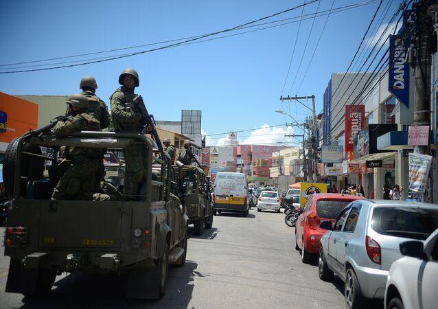 Soldados do exército patrulham as ruas de Vitória (ES)