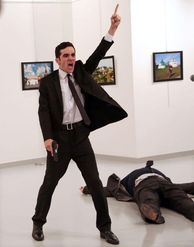 Foto da série Assassinato na Turquia do fotógrafo Burhan Ozbilici, que ganhou o principal prêmio da World Press Photo 2017, retrata o assassino do embaixador russo na Turquia, Andrei Karlov, na galeria de artes em Ancara, em 19 de dezembro de 2016