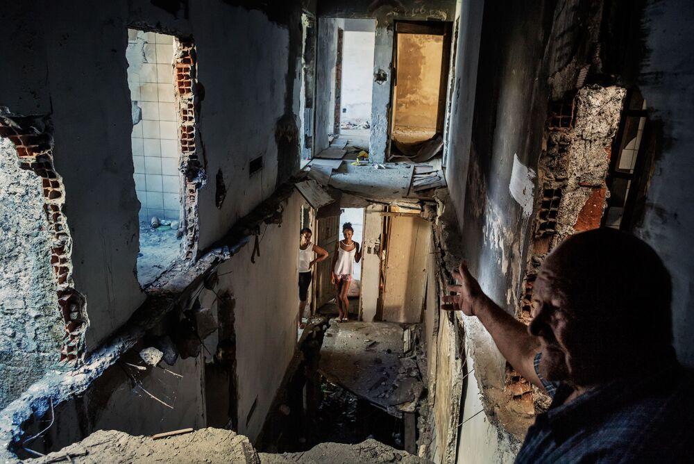 """Foto da série Palácio de Copacabana de Peter Bauza que venceu o 3º lugar na categoria Temas Contemporâneos e retrata a vida abafada dos """"sem teto, sem terras"""""""