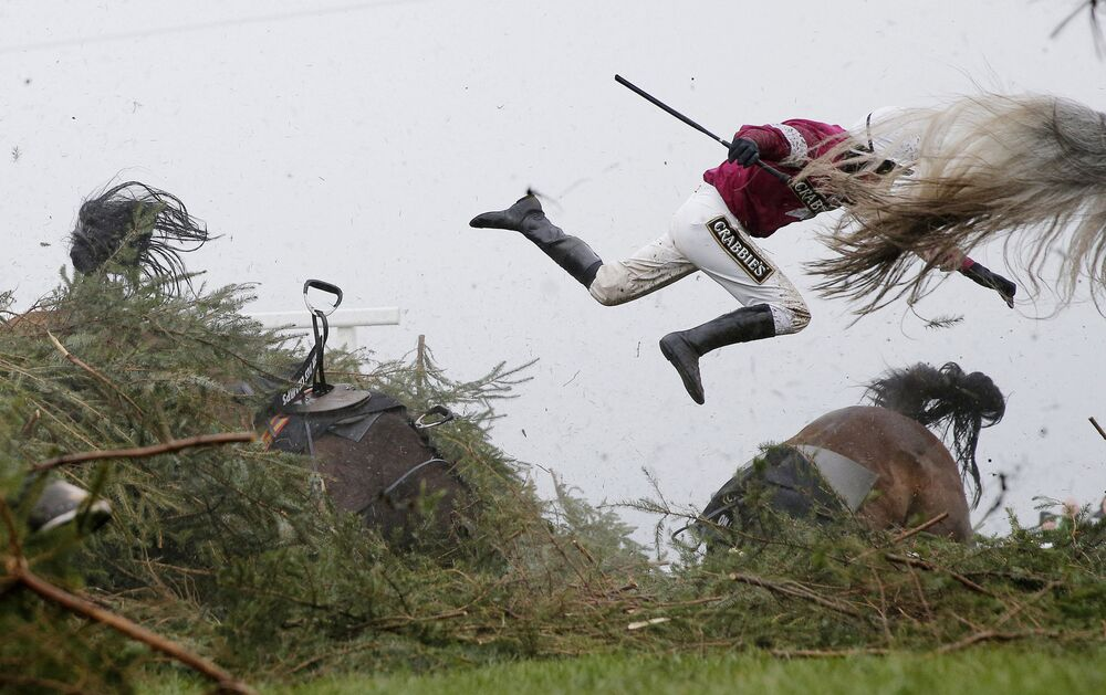 Foto de Tom Jenkins, que ficou em 1º lugar na categoria Esportes, retrata a jóquei Nina Carberry voando do seu cavalo durante uma prova hípica de obstáculos na Corridas de cavalos Aintree 2016, na Inglaterra