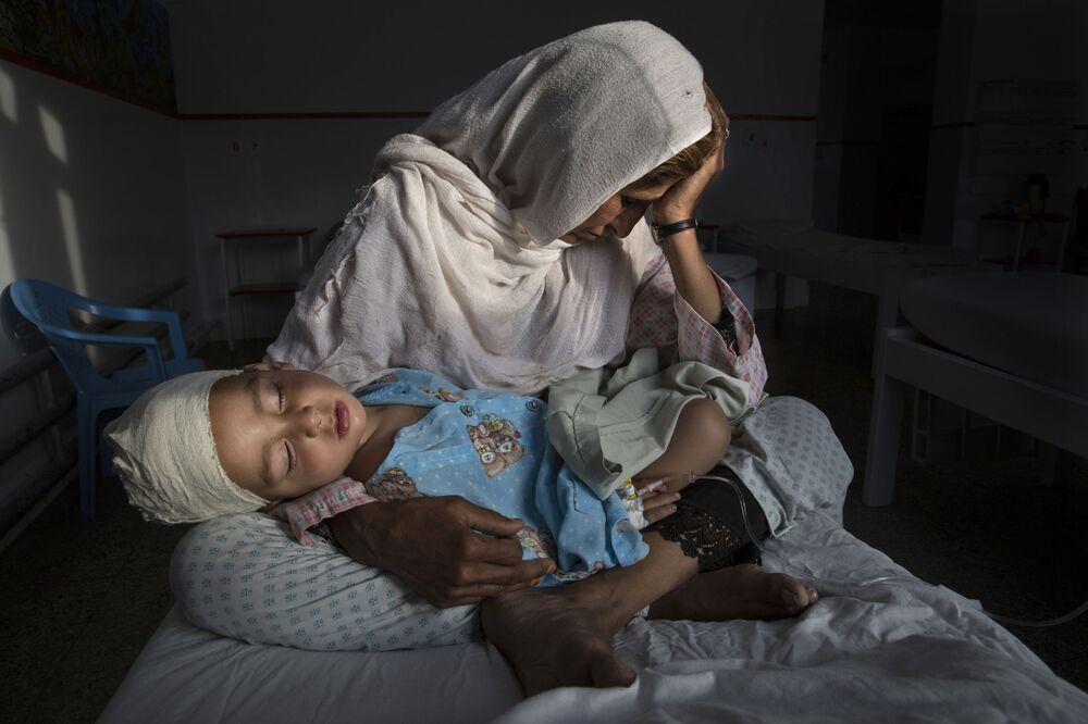 Imagem chamada Vítimas Caladas de Guerra Esquecida, da fotógrafa Paula Bronstein, que ocupou o 1º lugar na nomeação Vida Cotidiana, mostra a enfermeira Najiba de um hospital de emergências afegão segurando seu sobrinho Shabir, ferido em explosão de bomba que também matou sua irmã
