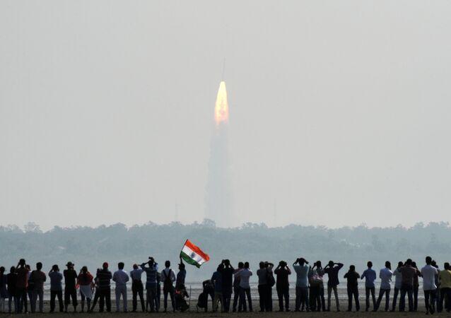 Observadores indianos assistem ao lançamento do foguete da Organização de Pesquisa Espacial Indiana, PSLV-C37, em Sriharikota, em 15 de fevereiro de 2017