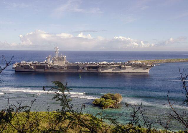 O USS Carl Vinson parado na base naval de Guam, em 10 de fevereiro de 2017