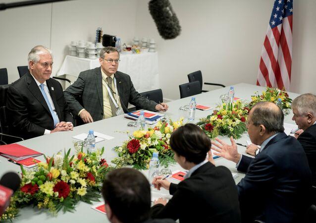 Chanceler russo Sergei Lavrov e Secretário de Estado dos EUA durante reunião em Bonn, na Alemanha, 16 de fevereiro de 2017