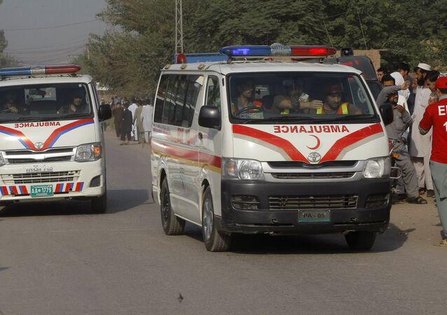 Ambulâncias transportando feridos no Paquistão (imagem de arquivo)