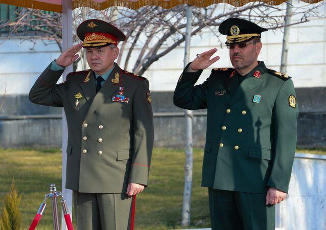 Ministros da Defesa da Rússia e do Irã, Sergei Shoigu e Hossein Dehqan