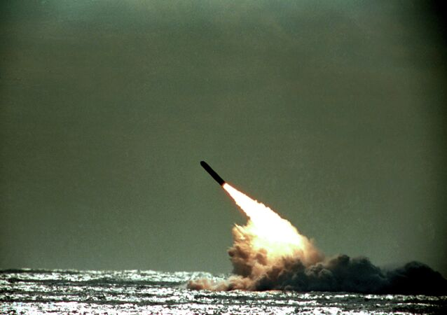 Lançamento de um míssil balístico Trident a partir de um submarino