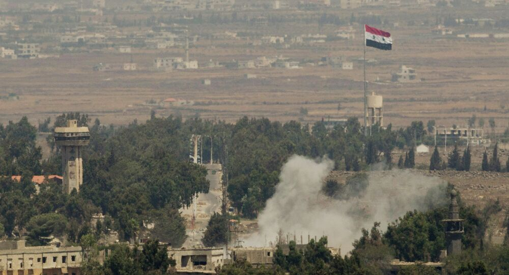 Fumaça sobe após ataque sírio na antiga cidade de Quneitra, perto da fronteira entre a Síria e as Colinas de Golã que são controladas por Israel