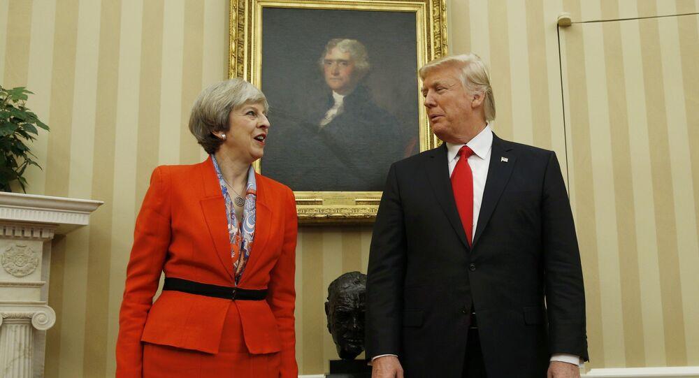 Presidente dos EUA, Donald Trump, fala com premiê britânica, Theresa May, na Sala Oval na Casa Branca em Washington
