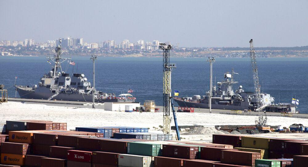 USS Donald Cook, à esquerda, e o navio-almirante da Marinha ucraniana, a fragata Hetman Sahaydachniy, atracados no porto do Mar Negro de Odessa, Ucrânia, terça-feira, 1 de setembro de 2015