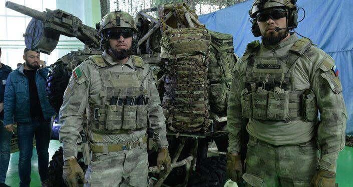 Militares chechenos durante a apresentação do todo-o-terreno militar Chaborz M-3, na usina produtora Chechenavto em 4 de março