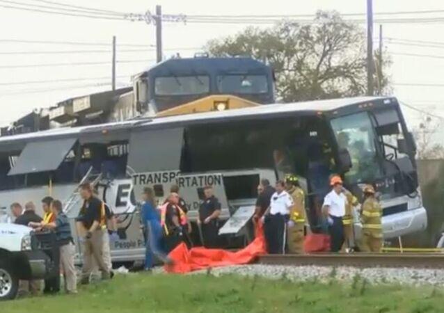 Acidente entre trem e ônibus em Biloxi, Mississippi. Cortesia de WLOX News Now.