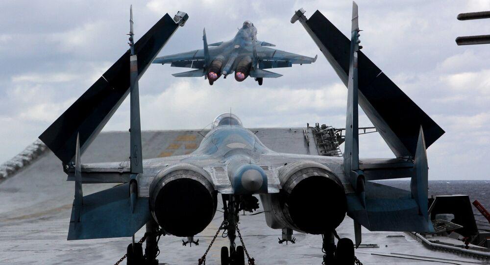Caças Su-33 e MiG-29K no convés do porta-aviões Admiral Kuznetsov no mar Mediterrâneo