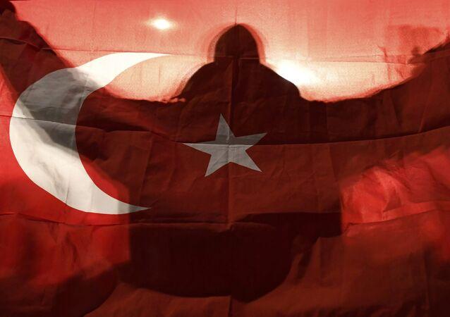 Manifestante com bandeira da Turquia em frente ao consulado turco em Roterdã aguarda a ministra turca da Família, Fatma Betul Sayan Kaya, 11 de março de 2017