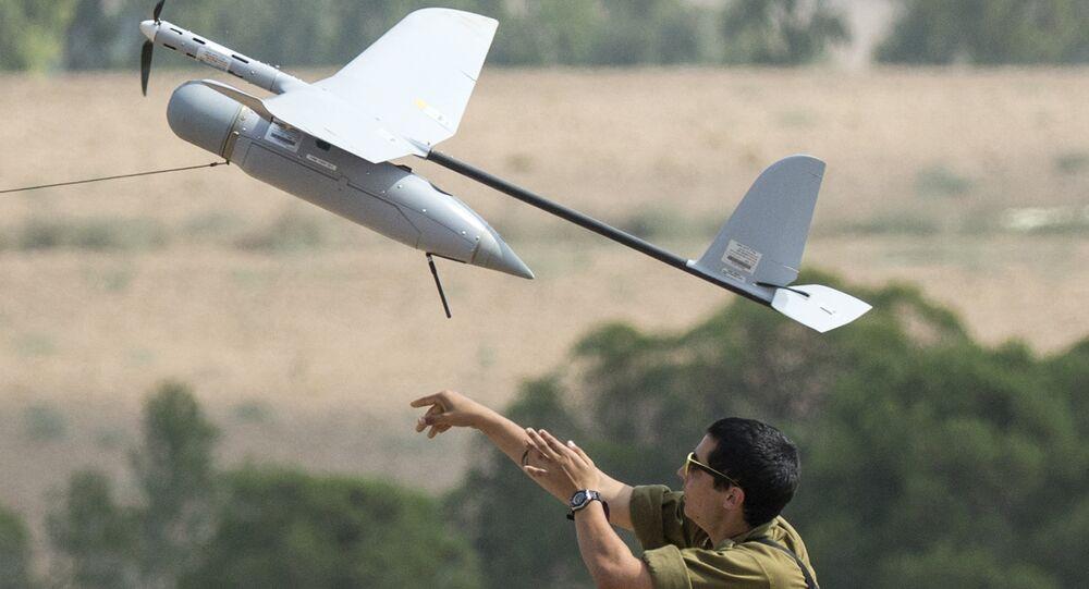 Soldado israelense lança drone Skylark I usado em operações da inteligência