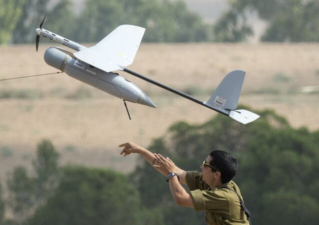 Soldado israelense lança drone Skylark I, usado em operações de espionagem