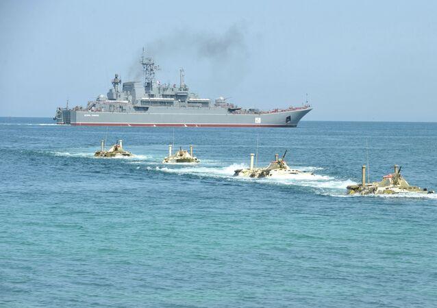 Desembarque realizado durante exercícios a partir do navio Tsezar Kunikov