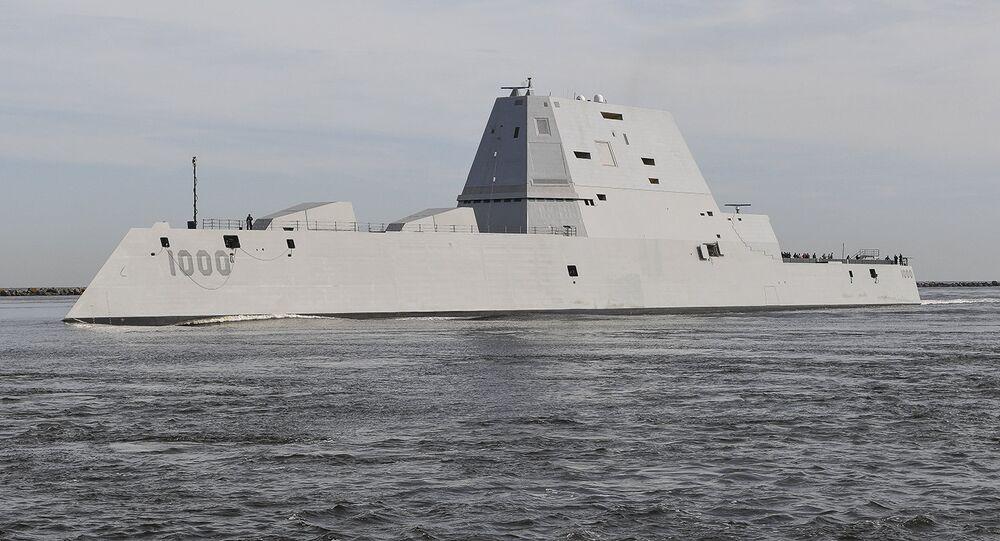 Navio USS Zumwalt da Marinha dos EUA transita a estação naval de Mayport em seu caminho para o porto de Jacksonville, Flórida (foto de arquivo)