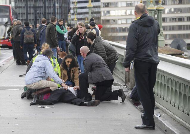 Médicos prestam auxílio a feridos na sequência do tiroteio na ponte de Westminster, em Londres, em 22 de março de 2017