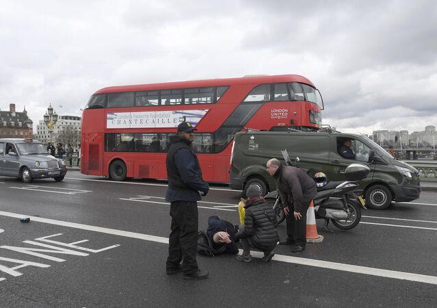 Uma pessoa é vista no chão após incidente com tiroteio perto do parlamento britânico em 22 de março de 2017