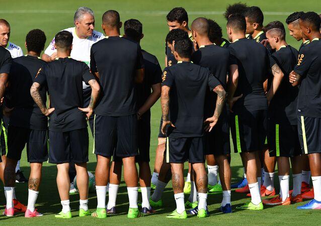 Tite conversa com jogadores da seleção brasileira durante treino em São Paulo