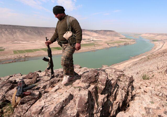 Um combatente das Forças Democráticas da Síria (FDS) perto do rio Eufrates, ao norte de Raqqa (foto de arquivo)
