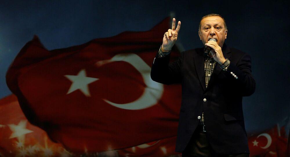 Presidente turco, Recep Tayyip Erdogan, discursando durante um comício em Istambul (arquivo)