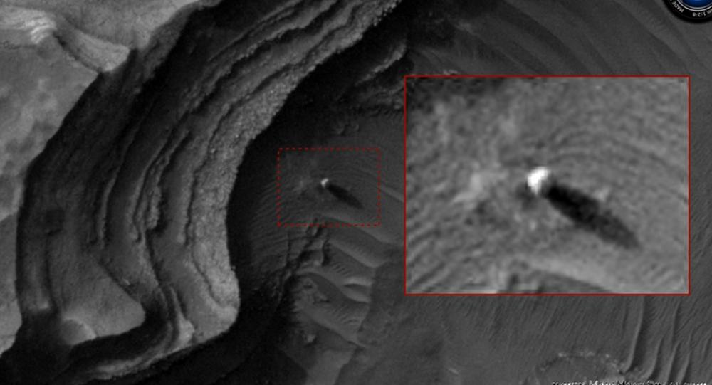 Esfera misteriosa que lança sombra imensa na superfície de Marte