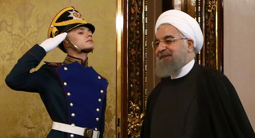 O presidente iraniano, Rouhani Entra adentra o hall do Kremlin e é recepcionado antes do encontro com o homólogo russo, Vladimir Putin