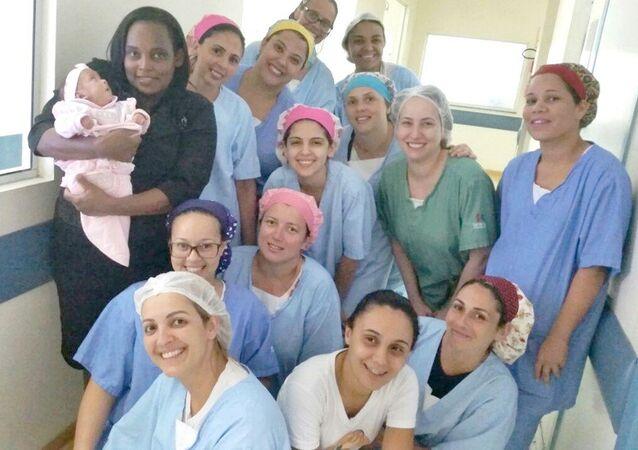 Alice no colo da mãe Silvandra recebeu o carinho da equipe médica da Sta Casa na despedida do hospital