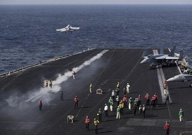 Porta-aviões USS Dwight D. Eisenhower (CVN-69)  dos EUA no Gólfo Pérsico