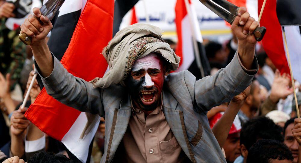 Manifestante participando de protesto contra dois anos de ataques da coalizão liderada pela Arábia Saudita no Iêmen. Sanaa, 26 de março