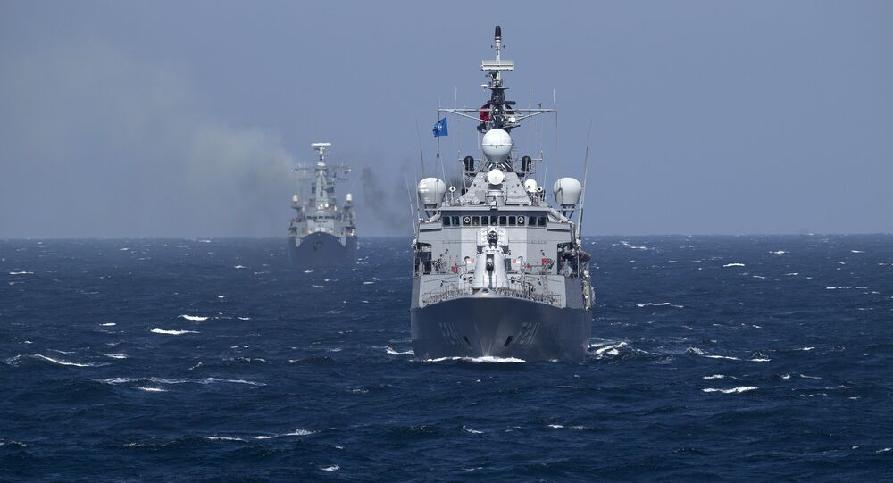 Navio turco do grupo militar da OTAN TCG Turgutreis realiza manobras no mar Negro