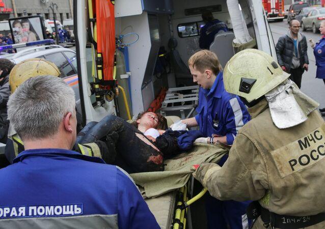 Socorristas do Ministério para Situações de Emergência da Rússia ajudam uma pessoa ferida após explosões no metrô de São Petersburgo em 3 de abril de 2017