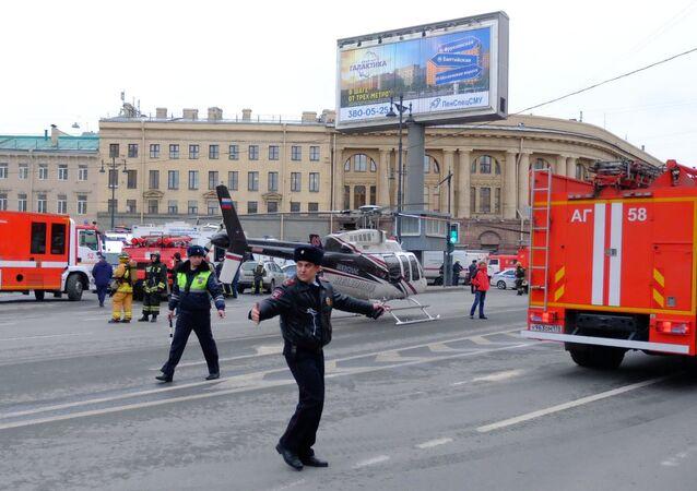 Agentes da polícia russa guardam a praça perto da entrada à estação de metrô Tekhnologichesky Institut, em São Petersburgo, após uma explosão que aconteceu em 3 de abril no metrô