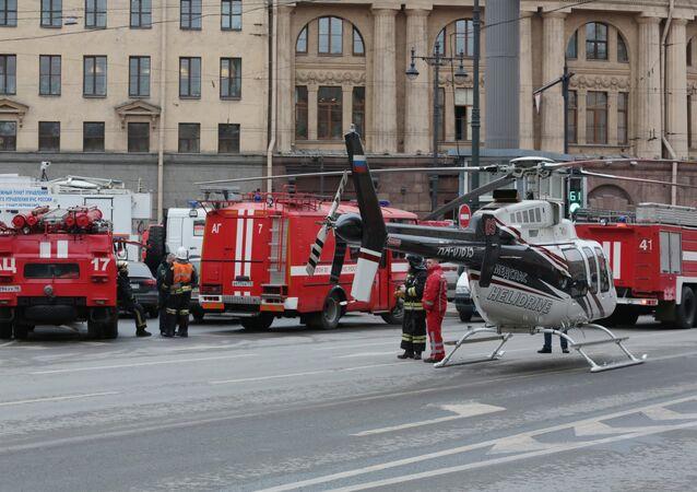 Helicóptero do Corpo de Bombeiros do Ministério para Situações de Emergência da Rússia é visto perto da entrada à estação do metrô Tekhnologichesky Institut, no centro de São Petersburgo, onde uma explosão matou pelo menos 9 pessoas em 3 de abril de 2017